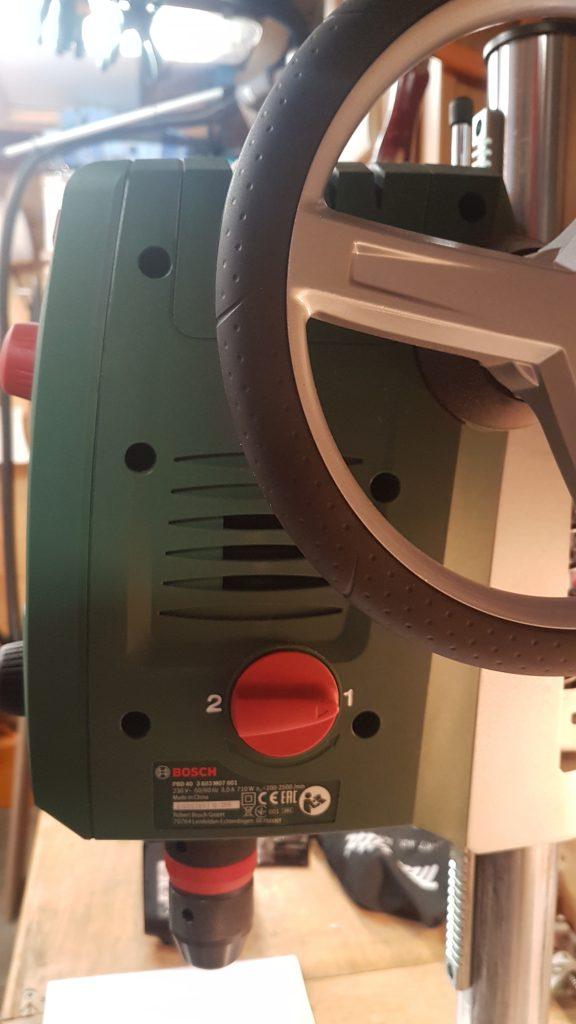 Seitenansicht mit Handrad für den Hub und mechanischer Zweigang Einstellter.
